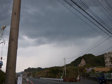 今日は大気が不安定で晴れていたと思ったら、真っ黒な雲がきて雷、雨が一瞬降ったり???