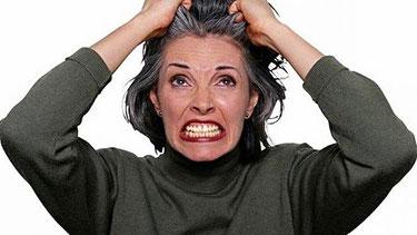 Mujer enojada tirándose de los pelos