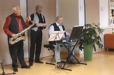 "Foto 4: Die Akteure (von links) Gerd Walther, Dr. Lothar Zeuner, Klaus Henniger singen gemeinsam: ""Champs Elyssèes"""