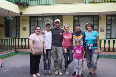 Dans la cour du centre San Juan avec Mercy, la directrice