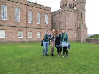 Gruppenbild vor dem Inverness Castle hoch über der Stadt.