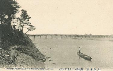 絵葉書下の説明文は、「舞鶴橋ヨリ大分川ヲ望ム」ですが、画面上に見える橋は舞鶴橋であることから、『舞鶴橋付近から大分川を見た風景』という意味のようです。(著者所収)