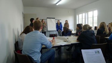 Schülerinnen und Schüler bei der Präsentation von Arbeitsergebnissen eines Projekttages im Seminarraum, Foto: A. Ehresmann, 29.10.2013