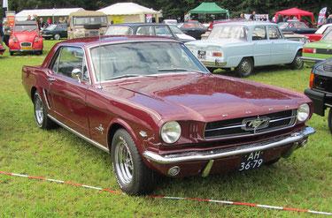 Een Ford Mustang hardtop uit 1965.