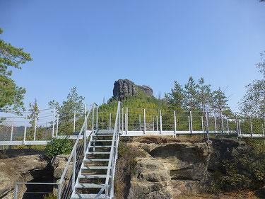 Stahlkonstruktionen auf der Felsenburg Falkenstejn verändern das Antlitz des Sandsteinfelsen hin zu einem Freilichtmuseum.