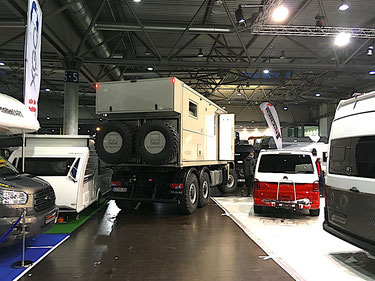 3 axle 6x6 expedition vehicle expedition truck camper trade show entering enter anreise messe messen messebesuch aussteller berater beratung kunden support client relationship management beratung expeditionsmobil expeditionsfahrzeug show messe specialist