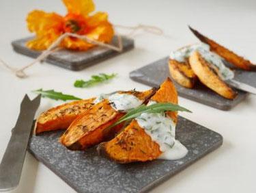 Gebackene Süßkartoffelspalten / Rucolajoghurt