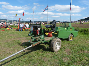 Der HISKO-Vorderwagen ist mit einer Kleiballenpresse von John Deere verbunden. So kann selbst die gesamte Heueernte mit Pferde statt finden. Für den betrieb der Zapfwelle ist ein Motor auf dem Vorderwagen installiert.