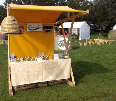 Der neue Marktstand unserer Imkerei Ökohof Fläming in herrlichem Gelb auf dem Landeserntedankfest im Elbauenpark in Magdeburg. Hier verkauften wir Honig, Bienenwachskerzen und weitere Produkte unserer Imkerei.