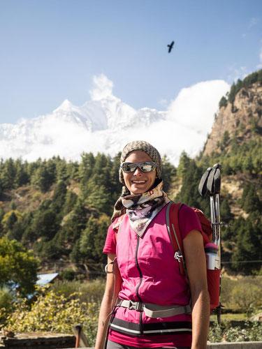 Vor dem Dhaulagiri mit dem kreisenden Adler im Hintergrund