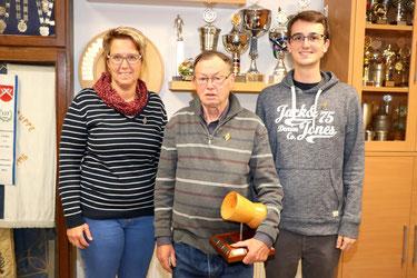 von links: 2. Platz Simone Wöhling, Sieger des Herbst-Auflage-Pokalschießen 2019 Erhard Dümmer, 3. Platz Julian Witschi