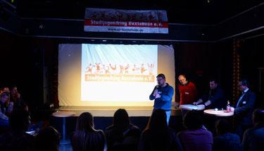 SJR-Vorsitzender und Quizz-Moderator Achim Biesenbach mit den Kandidaten Thomas Nitsche (Buxtehuder helfen e.V.), Lars Neuber (Lille Bodskov e.V.) und Marcel Haberkorn (Junge Union).