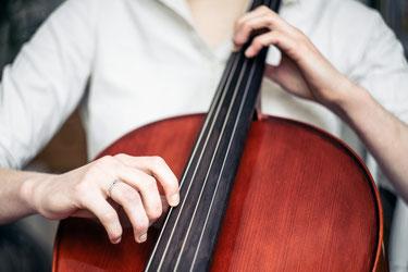 Feinmotrik zeigt sich im Spiel des Cellos, Bild von http://barnimages.com/hands-and-cello/