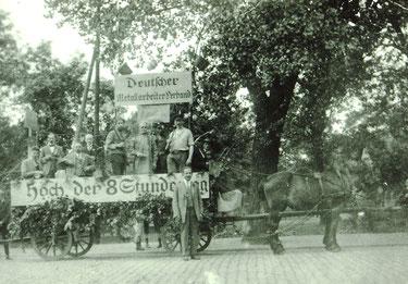 """""""Hoch der 8-Stunden-Tag"""" - Festwagen des Deutschen Metallarbeiter-Verbandes zum 1. Mai 1921. Sammlung Dr. Joachim Bons, Foto Georg Deppe"""