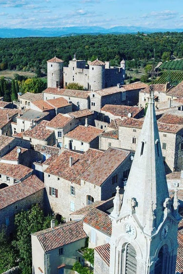Restauré de façon exemplaire le château des Roure, vous raconte son histoire mouvementée.