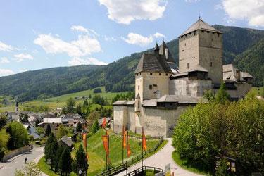 Burg Mauterndorf mit Blick auf Mauterndorf