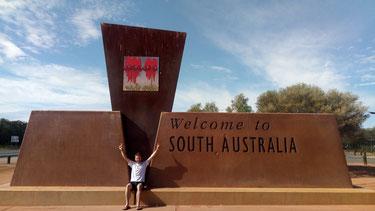 Jérôme devant un monument indiquant l'entrée dans la région d'Australie méridionale