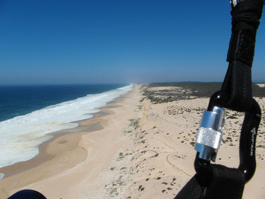Kilometerlanger Sandstrand zum spielen mit dem Gleitschirm