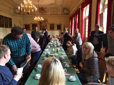 Die Referendarinnen und Referendare wurden mit einer Teezeremonie im Ständesaal der Ostfriesischen Landschaft empfangen. Foto: Kothe