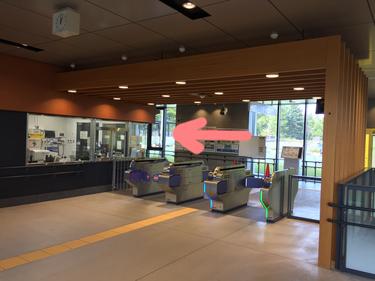 アクセス 国際センター駅改札を出て左へ進む