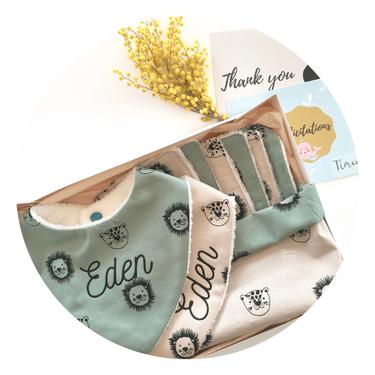 Cette image représente une box naissance : panière et ses 6 lingettes assorties + 2 bavoirs bandanas personnalisés
