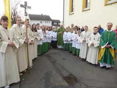 Als Zeichen der Wertschätzung überreicht der Bischof an die Ministranten einen Regensburger Rosenkranz.