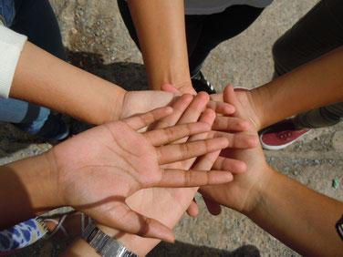 mani intrecciate per indicare lavori di gruppo