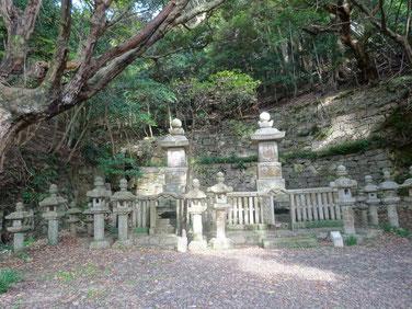 第21代義真(右)と正室京極夫人の墓(左)は格別に大きい