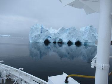 様々な形の氷山が出現し始める