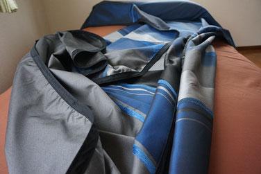 ベッドスプレッド シトリノはサークルグラデーションとモールストライプと織ストライプで分かれたブルーのコントラストと襟元のプレーンカラーがとても美しいです。  ジャガード織ならではの反面を返した時の微妙な違いが楽しめます。 280cmの超広幅生地が大柄のデザインを引き立てます。  神秘的なマリンブルーのグラデーションが寝室をかざります。