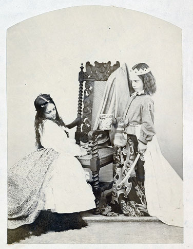 ルイス・キャロル撮影8歳のアニー・ロジャーズ。f Annie Rogers and Mary Jackson as Queen Eleanor and the Fair Rosamund, 1863.