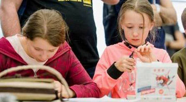 Zwei Mädchen beim Roboter-Bauen
