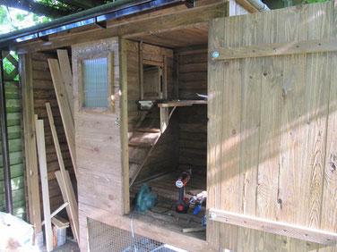 Hühnerstall für die Seidenhühner im Aufbau