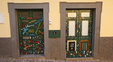 Hauseingänge in Funchals Altstadt.