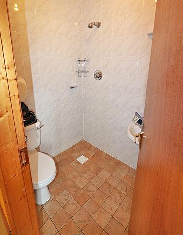 Dusche ohne Abtrennung, da schwimmt der ganze Raum.