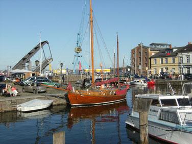 Blick auf den Hafenspeicher in Stralsund über die Kanäle