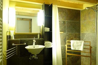 barrierefreies Duschbad  der Doppelzimmer im Hotel Hafenspeicher in Stralsund