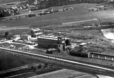 Das Werksgelände des Frommerner LIAS-Werks um 1956. Im Vordergrund die Schwelhalle, hinten links das Kesselhaus (Foto: Stadtarchiv Balingen)