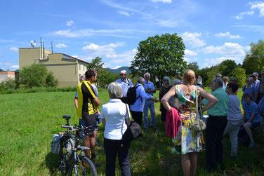 Teilnehmer der Exkursion. Im Hintergrund die ehemalige Schwelhalle (Foto: J. Fiedler, Schwarzwälder Bote)