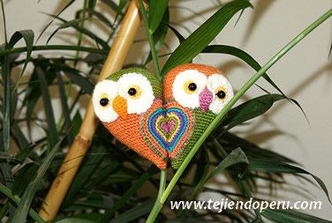 Учебник немного пара сов, что, будучи близко друг к другу образуя сердце!  Специально для Дня святого Валентина являются вязаные в технике Amigurumi) (Amigurumi сова)