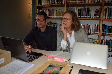 Die britische Forscherin Holly Aylett recherchiert in der Bibliothek zur Geschichte ihres Vaters, dem britischen Militärarzt Stanley Aylett, der nach der Befreiung in Sandbostel KZ-Häftlinge betreut hat. Foto: P. Chappel, 18.8.2014