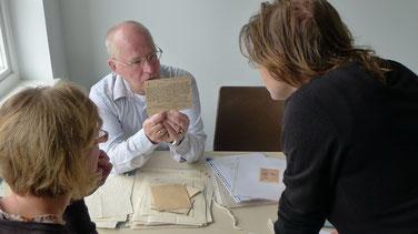 Der niederländische Forscher und Sohn eines verstorbenen KZ-Häftlings, Piet Dam, übergibt dem Archiv einen umfangreichen Dokumentenbestand über die Suche nach verstorbenen KZ-Häftlingen. Foto: A. Ehresmann, 18.7.2012