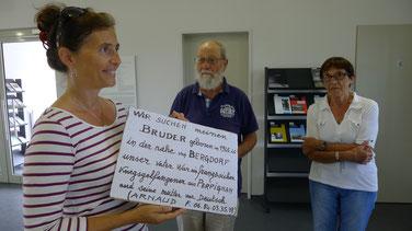 Pappschild mit dem die Tochter und die Enkelin eines französischen Kriegsgefangenen in Hamburg-Bergedorf nach einem unbekannten deutschen Halbbruder gesucht haben. Foto: A. Ehresmann, 23.7.2015