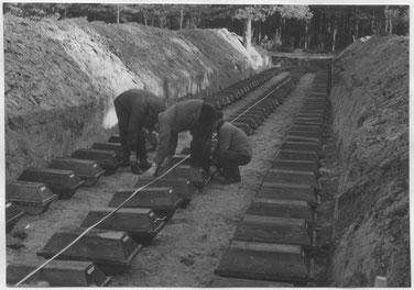 Arbeiter beim Umbetten der exhumierten Gebeine von verstorbenen KZ-Häftlingen. Foto: Günther Paul Schulz, 1954. Archiv KZ-Gedenkstätte Dachau