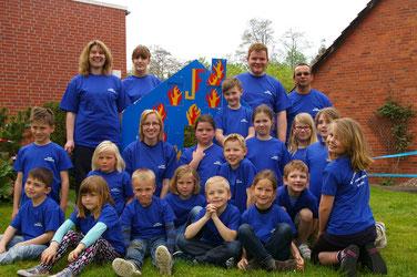 Foto: Leiterin der KiFw Mareike Wächter (hinten links) mit Ihren Betreuern und den kleinen Löschmeistern.
