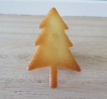 Gebackene Hippe, hergestellt mit einer Schablone, Motiv Tannenbaum