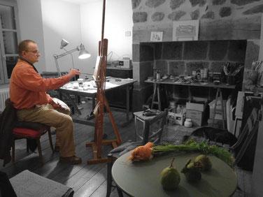 Peintre dans son atelier peint la nature morte