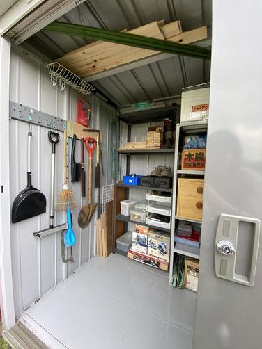 物置の壁掛け収納、天井には長尺モノを