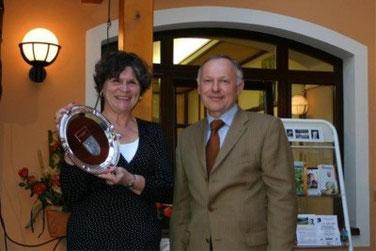 Vzbgm.Heinrich Hochstöger überreicht dem schwedischen Ehrengast ein kleines Souvenir an Saxen