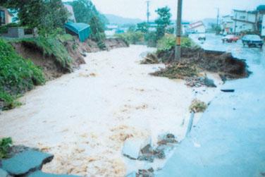 豊平川支川の南の沢川流域(札幌市南区)で道路が決壊